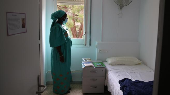 Sina Ndiaye, usuaria del Centro Residencial de Inclusión La Llavor para mujeres sin hogar, en su habitación.