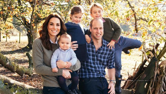 Los duques de Cambridge y sus hijos en Anmer-Hall en 2018.
