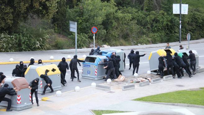 Un grupo de jóvenes moviendo contenedores en la jornada de huelga de la UAB de este miércoles.