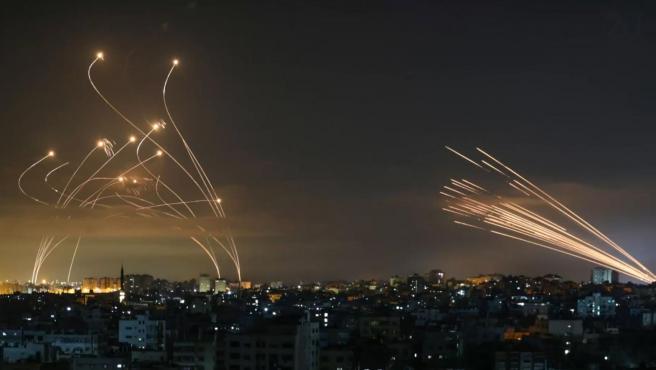 Los misiles del Iron Dome, a la izquierda, ante la llegada de cohetes lanzados por Hamás.