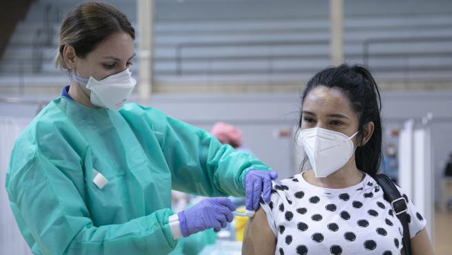 Una enfermera administra la vacuna contra el coronavirus a una mujer en Sevilla.