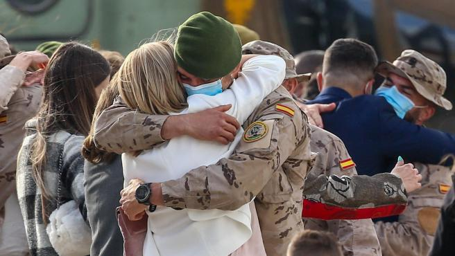 Un soldado se abraza a su mujer durante el acto de reconocimiento al personal participante en misiones en Afganistán, en Torrejón de Ardoz.