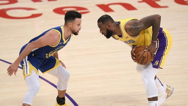LeBron James encara a Stephen Curry.