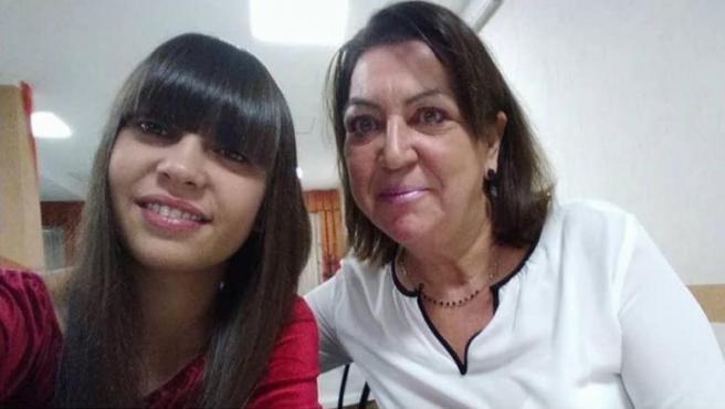 Malika Chalhy y su madre en una imagen publicada en el Facebook de la joven