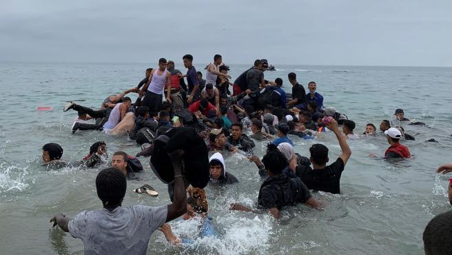 Últimas noticias sobre la llegada masiva de inmigrantes por la frontera de  Ceuta desde Marruecos