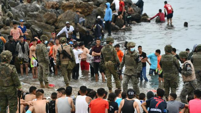 Militares del ejército español vigilan durante las devoluciones