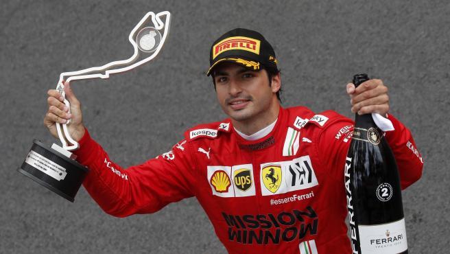 Carlos Sainz, con el trofeo del GP de Mónaco