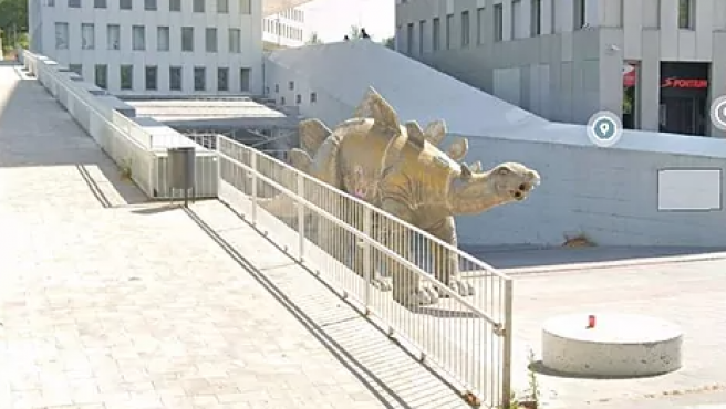 Estatua del dinosaurio donde se ha encontrado el cadáver.