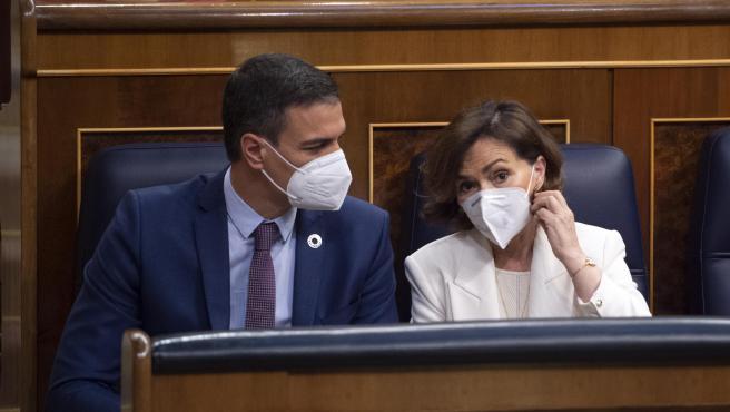 El presidente del Gobierno, Pedro Sánchez, con la vicepresidenta primera del Gobierno, Carmen Calvo, en el Congreso de los Diputados.