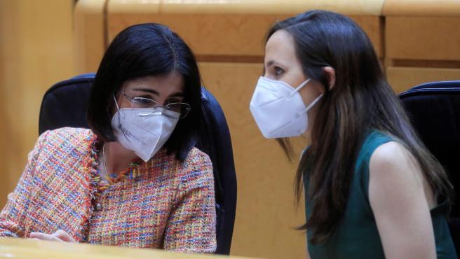 La ministra de Sanidad, Carolina Darias, junto a la titular de Derechos Sociales, Ione Belarra, este martes en el Senado.