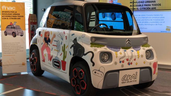 La artista Conxita Herrero ha decorado este Citroën Ami y está expuesto en la Fnac Triangle de Barcelona.