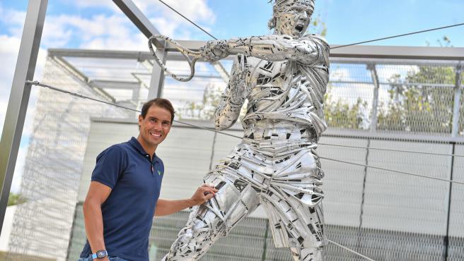 Rafa Nadal y su estatua en Roland Garros