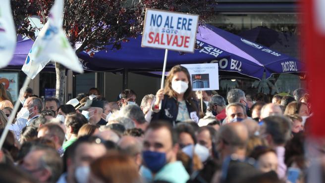 Concentración contra el ERE de CaixaBank en las Torres Kio de Plaza de Castilla, en Madrid.