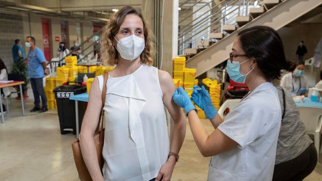 Una enfermera pone la vacuna Pfizer a una mujer este viernes en el Estadio Nueva Condomina de Murcia.