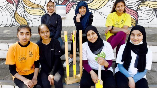 Un equipo de jugadoras de críquet que piden un campo en condiciones arrasan en las votaciones.