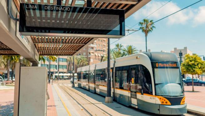 Una parada del tranvía de València, con el indicador ya instalado.