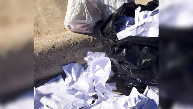 Saco lleno de currículums que un hombre encontró en la basura