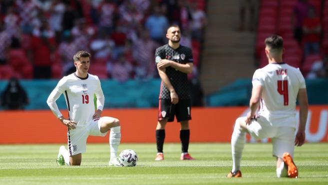 Los jugadores de Inglaterra se arrodillan en su partido ante Croacia en la Euro.
