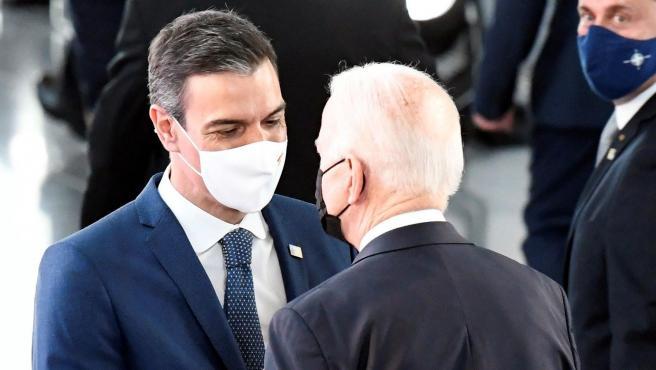 Sánchez saluda a Biden en la cumbre de líderes.