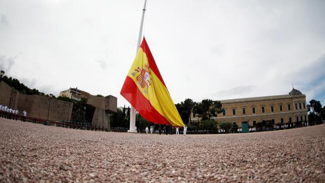 El izado solemne de la bandera por el séptimo aniversario de la proclamación de Felipe VI como rey de España.