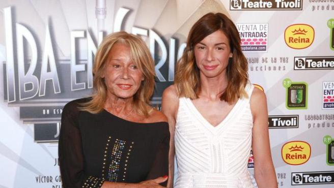 Mila Ximénez posa junto a su hija Alba, fruto de su relación con el tenista Manolo Santana, en el estreno de una obra de teatro en 2016.