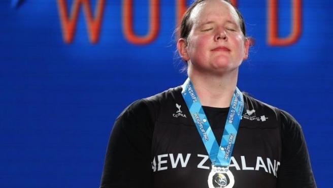 La atleta transgénero neozelandesa Laurel Hubbard, con la medalla de plata de la categoría femenina de más de 90 Kg en el Campeonato Mundial de Halterofilia de 2017, en Anaheim, California (EE UU).