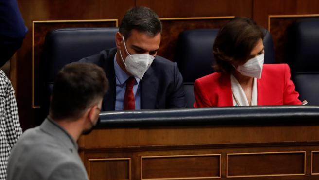 El portavoz de ERC en el Congreso, Gabriel Rufián, pasa frente a la bancada del Gobierno.