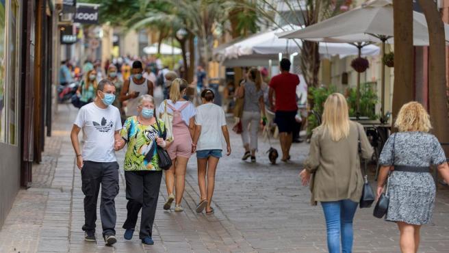 Gente con mascarilla paseando por Santa Cruz de Tenerife..