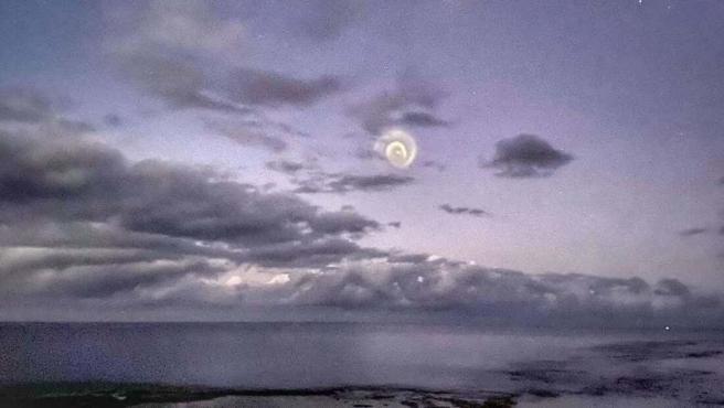 Espiral observada en el cielo sobre el océano Pacífico.