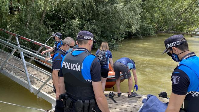 Efectivos del dispositivo de búsqueda del joven desaparecido en el río Pisuerga.