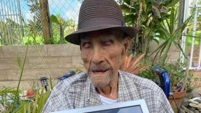Emilio Flores, el hombre más longevo del mundo, con el reconocimiento oficial.