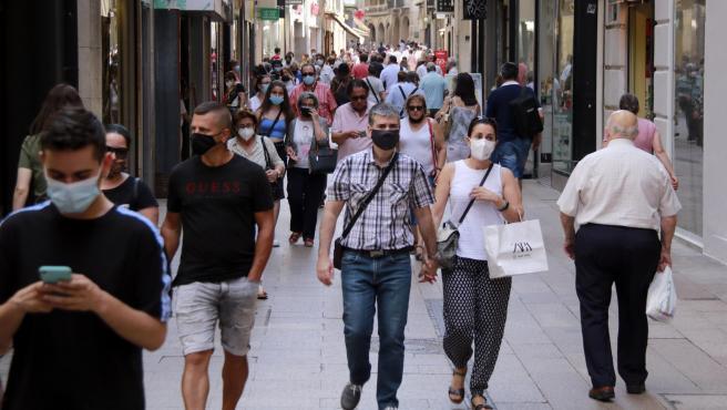 Personas pasean por la calle Major de Lleida.
