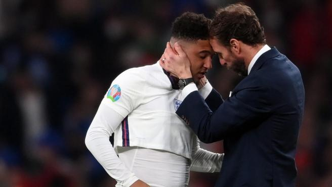 Southgate consuela a Sancho tras fallar su penalti