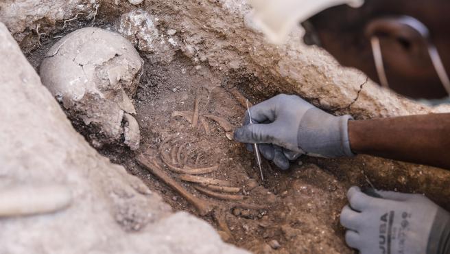 Enterramientos infantiles del siglo XIII en el entorno de la muralla islámica.