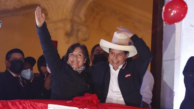 El candidato a la Presidencia de Perú Pedro Castillo, acompañado de su candidata a la Vicepresidencia, Dina Boluarte, saluda tras ser proclamado presidente electo.
