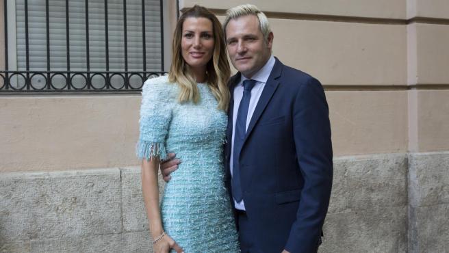 Santiago Cañizares y Mayte García durante la comunion de su hija Sofía Cañizares García en Valencia.