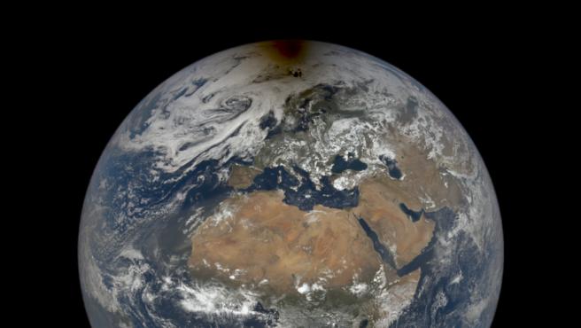 La sombra de la luna se aprecia en la parte superior del globo terráqueo.