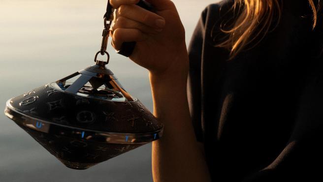 El nuevo altavoz Horizon Light Up de Louis Vuitton está inspirado en el bolso Toupie.