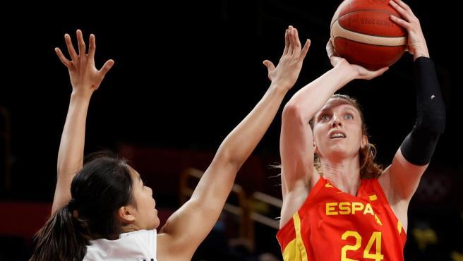 Laura Gil lanza a canasta durante el partido de baloncesto femenino entre España y Corea y del Sur, en los Juegos Olímpicos de Tokio.