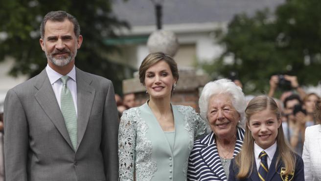 Felipe VI, la reina Letizia, su abuela Menchu Álvarez y la infanta Sofía.