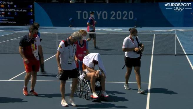 Paula Badosa abandona la pista en silla de ruedas tras un golpe de calor.
