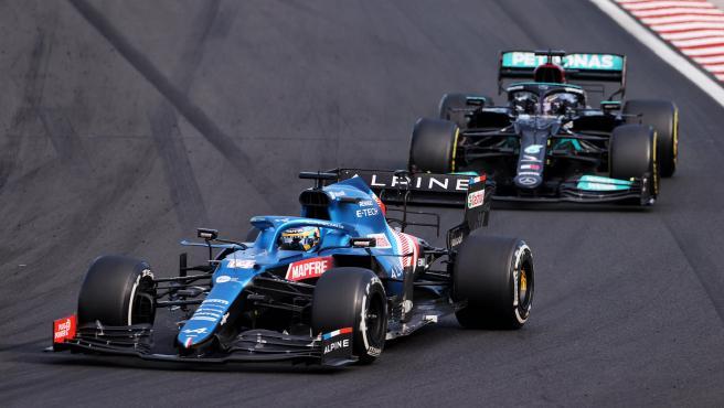 Fernando Alonso y Lewis Hamilton, en su duelo en el GP de Hungría
