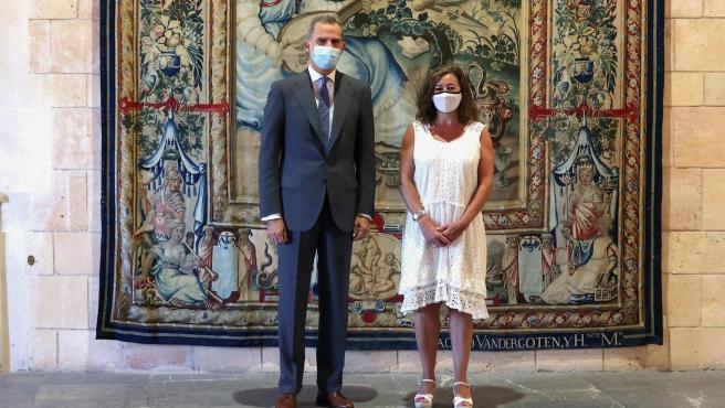 El rey Felipe VI posa junto a la presidenta de las Islas Baleares, Francina Armengol.