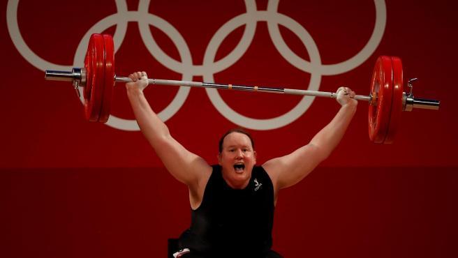 Laurel Hubbard, primera olímpica trans, en halterofilia de los Juegos de Tokio 2020.