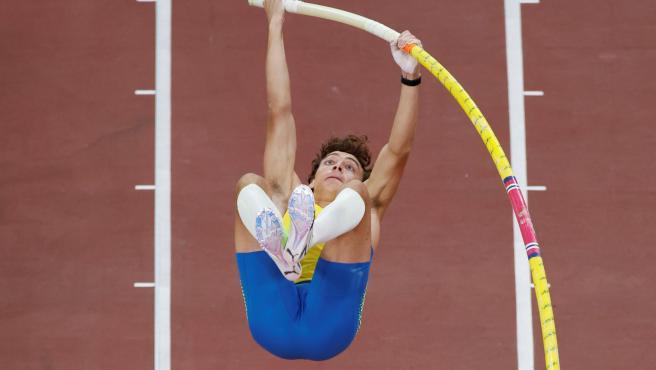 Armand Duplantis, durante la final de pértiga de los Juegos Olímpicos