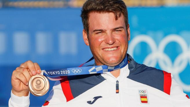 El español Joan Cardona celebra en el podio su medalla de bronce lograda en la clase finn de vela.
