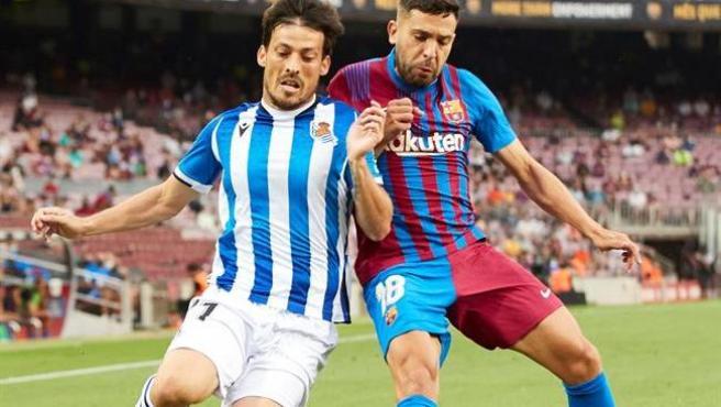 Jordi Alba pelea un balón con el centrocampista de la Real Sociedad David Silva.