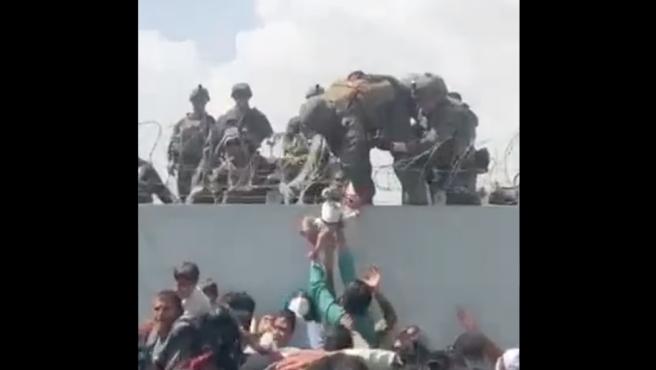 Entrega de un bebé a soldados estadounidenses en Kabul.