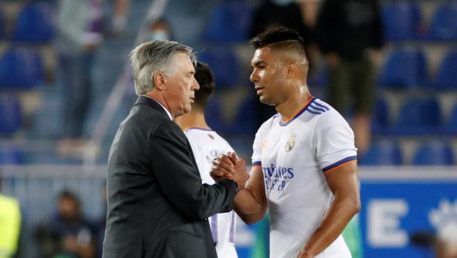 Casemiro saludando a Ancelotti tras un encuentro.