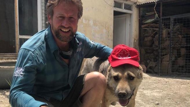 El exmarine británico Pen Farthing, junto a uno de los perros del refugio de Afganistán.